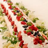 お二人の想いがこもった「ロングロールケーキ」は演出にもなるウエディングケーキ。