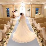 スカイブルーのチャペルと花嫁