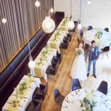 天井高7mの開放感あるパーティ会場はガーデンと隣接しておりたくさんの自然光が差しこむ明るい空間。