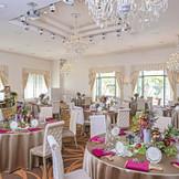 白を基調としているから装花やテーブルクロスの組み合わせ次第で多彩なテイストの会場へ早変わり