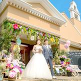 彩り鮮やかなお花や小物を使った可愛らしいエントランスで、ゲストをお出迎え♪