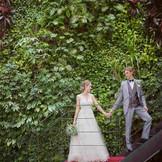 ロビーに隣接するグリーンウォールの階段は代々木ビレッジの中でも一番人気のフォトスポット。ウエディングドレスのシルエットが綺麗に映えてSNSでも、沢山のいいね!を獲得◎