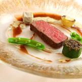 """静岡富士宮のメディアでも有名な""""さの萬""""で仕上げるドライエイジングビーフ(乾燥熟成された牛肉)のロティ。余分な水分が飛び旨味と香りが凝縮されたこのスペシャリテを、グランシェフ千住特製の赤ワインソースで"""