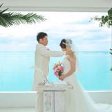 青い海に見守られて結婚式