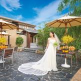 1日貸切の邸宅ウェディング。 結婚式の時間を家族・友人と一緒に過ごす空間を楽しんでください。 邸宅にあるガーデンではパーティーはもちろん挙式も可能! 開放感溢れる会場でお二人だけのオリジナルウェディングを叶えて♪