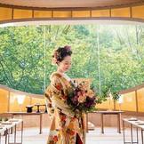 モダンな雰囲気の神殿では、洋髪と色打掛もよく似合う。前撮りにもおすすめ。