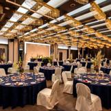 【パーティ会場】コハク 色鮮やかなプロジェクションマッピングなど多彩な演出ができる披露宴パーティ会場。音と光の演出でゲストの記憶に残る感動的な結婚式が叶います。