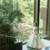 大理石階段は人気のフォトスポット。ウエディングドレスのトレーンが美しく映える。ホテルならではの上質な空間に包まれて、最上の一日を過ごして。