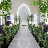 厳粛な挙式は、白亜の教会で温かく包まれます