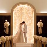 白と木目調のチャペルは厳かな雰囲気。ゲストとの距離が近い分感動が伝わるセレモニー。大切な皆さまに見守られて感動的な瞬間を。