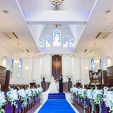 最大150名まで着席可能な大聖堂。 16mのロイヤルブルーのバージンロードが美しいチャペル