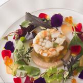 前菜  色鮮やかな盛り付けにも注目。 お皿の上に繊細な彩りを。