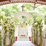 太陽と緑の祝福を受けて、輝きを増すガーデンチャペル。屋外での挙式ですが、屋根が開閉式のため、天候に左右される事なく挙式が行えます。また沖縄の伝統的な挙式琉球結婚式「りゅう婚」も執り行う事ができます。