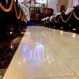 大理石のバージンロードには七色に煌くステンドグラスが映り込む