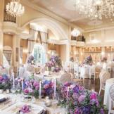 【披露宴会場】中世ヨーロッパの宮廷を思わせる会場「ルーベンス」、大人可愛いこの邸宅では、可愛いデザインから華やか、エレガントなデザインまでさまざまなコーディネートを楽しめる。