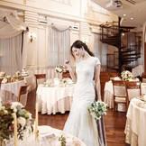 披露宴会場は温かみのあるフローリングと、明るい自然光の入る会場で、ドレス姿も栄える会場。ゲストとの距離が近くアットホームな披露宴が可能。