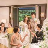 大人な雰囲気のメインバンケット「ネクサス」。上品かつ華やかなシャンデリアが、大人数のパーティにぴったり。美しい緑がゲストをリラックスさせてくれる。