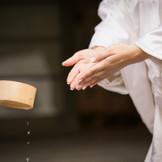 お手水で身を清めてから婚礼の儀がスタート