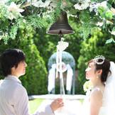 挙式後にふたりで誓いの鐘を鳴らすセレモニーは、心に響く生涯の思い出に。