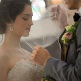 和の温かな空間で華やかな純白のドレスに身を包む