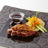 国産牛フィレ肉のステーキ フォワグラと茸のソース添え