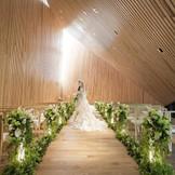 2016年春にオープンした森の光教会!森の中の光をコンセプトに設計されたこのチャペルは木々の間から光が差し込むような幻想的な空間。