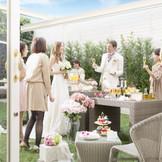 邸宅にはプライベートガーデンがあり、自然の中でゲストと一緒にデザートブッフェ。