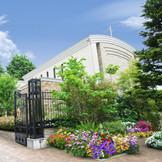 緑あふれるガーデンに佇む独立型チャペル。ガーデン、披露宴会場まで貸切で 贅沢なプライベートウエディングが叶います☆