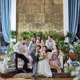 普通の結婚式では物足りない。そんなお二人には、カジュアルダウンしたウェディングもおすすめ。ゲストも思わず近づきたくなるメインコーディネート。
