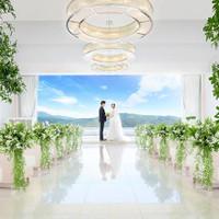 大きな窓から射込む自然光と東山の緑が美しいチャペル