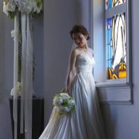 ステンドグラスの自然光が新婦を美しく引き立てる