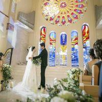 ステンドグラスの光に照らされる、誓いのシーンはまるで一枚の絵画のように美しい