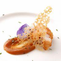 【パンチェッタを纏った ラングスティーヌ デーツピューレ】 パンチェッタを巻いた手長海老にデーツを使った甘めのソースで。 塩気と甘味の絶妙なバランスが美味しい一皿に、ゲストも大満足。