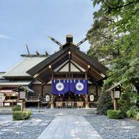 「東京五社」のひとつにも数えられている「東京大神宮」は、明治13年、明治天皇の勅裁により、伊勢神宮の遥拝殿として創建された由緒ある神社。神前結婚式を創始した神社で、縁結びに御利益があることでも名高い