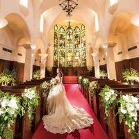 30mを超える長さの熊本県内最大級のバージンロード。深い愛を意味するロイヤルレッドにウエディングドレスの白が映え、より花嫁を美しく見せてくれる。