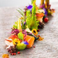 季節のおいしさに、鮮やかな彩りを添えて。素材にこだわり、真心を込めて饗されるオリジナルメニューの数々を、ぜひご賞味ください。