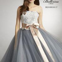 シルバーとホワイト お洒落なカラーの組み合わせに ピンクのサッシュベルトをコーディネート とても人気のあるドレスです