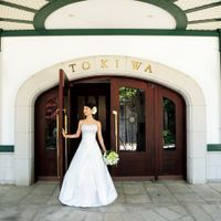 2人の結婚式の1日はこのエントランスから始まります。大切なゲストの皆さまをスタッフ一同お迎えいたします。