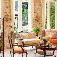 オーナーが直接ヨーロッパで買い付けたアンティーク家具を配したラウンジは、居心地の良さを追求。