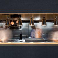 オープンキッチンを装設。フランベなど目に見て華やかなパフォーマンスや、ゲストのペースをシェフが目の前で見ながら料理の温度を変えず最短距離でゲストへお届けします。