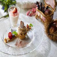 伝統的なフランスのヌガーグラッセを添えた秋のデザート