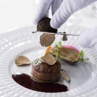 お肉料理にトリュフで香り付け。