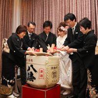 和装での演出も是非! 新郎新婦・ご両家で鏡開きのセレモニー。 もちろん乾杯は、ふたりの地元の日本酒で。