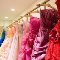 お色直しのカラードレスもバリエーション豊かに。顔映りや肌の色との相性なども見ながら、イメージに合ったドレス選びをコーディネーターがお手伝い。
