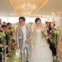 ゲストの皆様から祝福のフラワーシャワー 色とりどりの花びらがとっても素敵♪