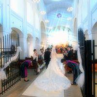 陽光に輝くヴェールとロングトレーンをまとう花嫁の清楚な姿は、まるで映画のワンシーンのようで、牧師と聖歌隊、オルガン、フルートによる厳かなセレモニーはお二人とゲストの記憶に深く刻まれる感動のひとときとなります。