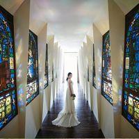 ロビーからラグーンへ続くステンドグラス回廊。聖書の物語が描かれた16枚のステンドグラスが配された回廊から始まる挙式スタイルは日本初。