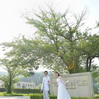 会場への入り口には大きな桜の木が。呉羽山の麓にある緑豊かな雰囲気に、参列するゲストも今から始まる結婚式への期待が膨らんできます♪