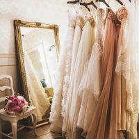 取り扱う上質なドレスのタイプも様々。迷って選んでを繰り返すドレスのフィッティングも、ウエディングを創り上げる大切な想い出に。