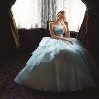 カラードレスもこだわりを!色はもちろん、胸元の刺繍やチュールづかいなどパーティをより華やかにするドレスを選びましょう